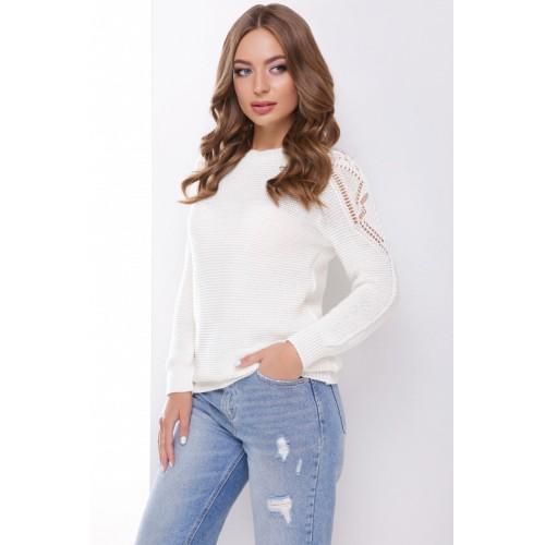 В'язаний жіночий светр з ажурними елементами на плечах молочний