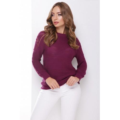 В'язаний жіночий светр з ажурними елементами на плечах баклажановий