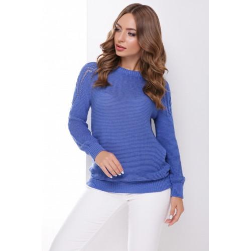 В'язаний жіночий светр з ажурними елементами на плечах синій