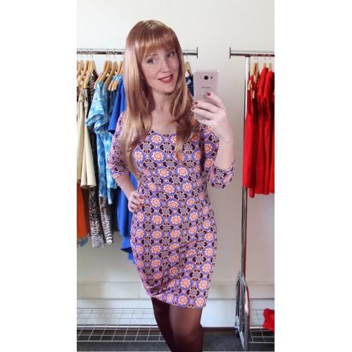 Силуэтное трикотажное платье на осень